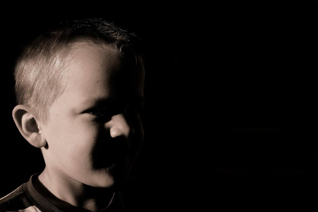 Dziecko w ciemnościach