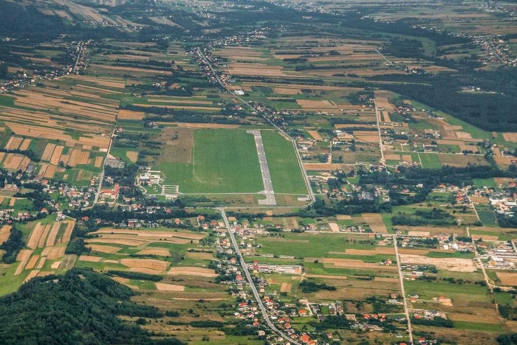 Pas startowy o domy w okół - widok z lotu ptaka