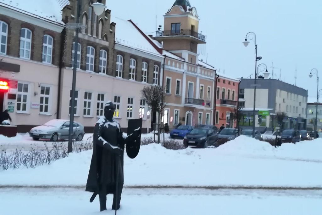 Figura rycerza i ratusz w rynku, śnieg
