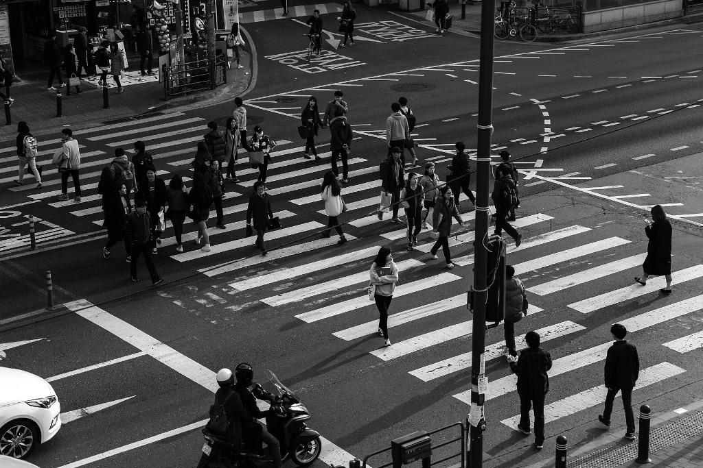 Ludzie na przejsciu dla pieszych