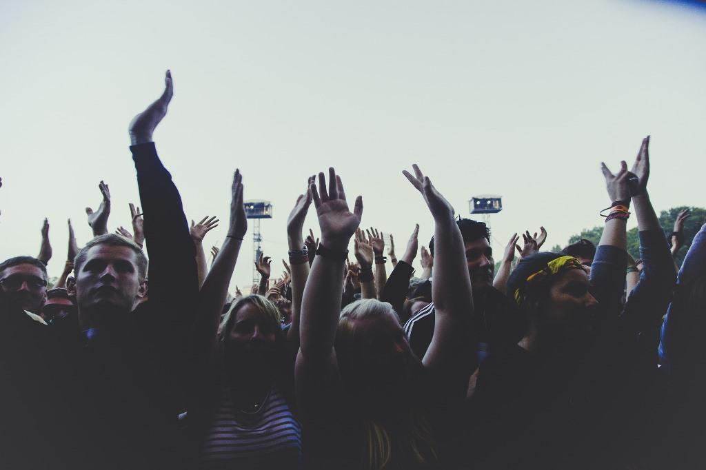Ludzie z podniesionymi rękami