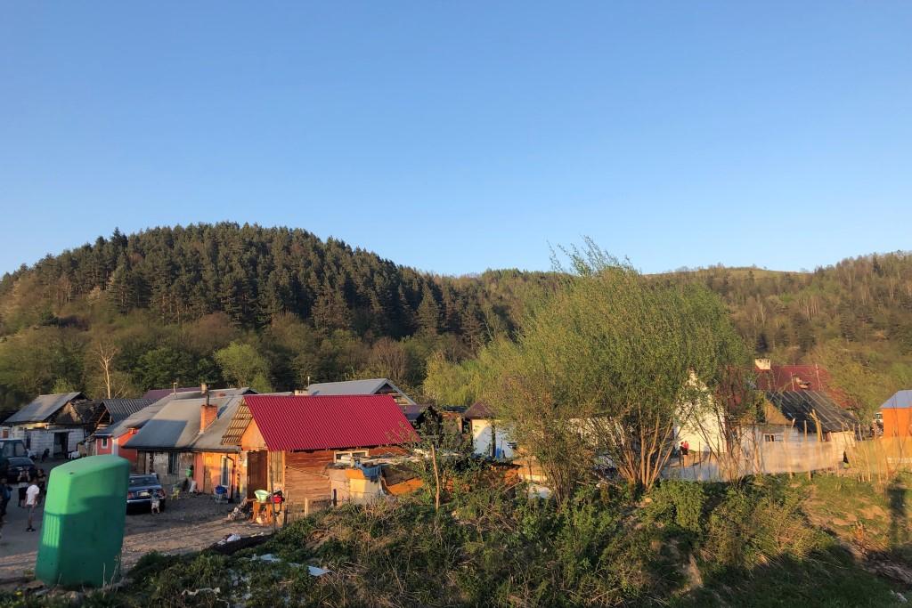 Sklecone z dykty domki u stóp zielonych wzgórz