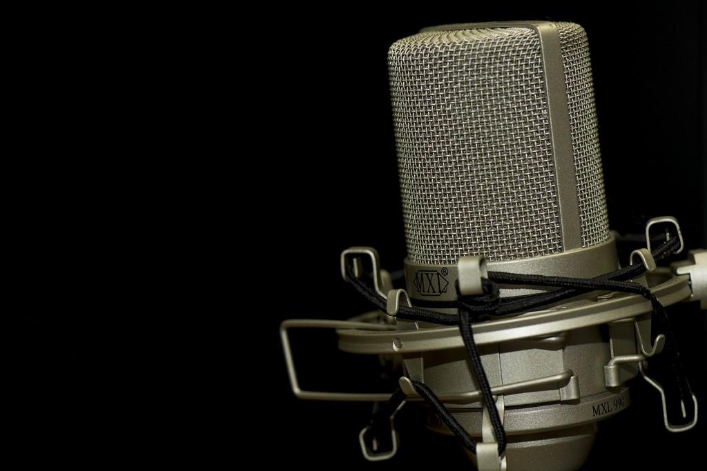 Mikrofon na ciemnym tle