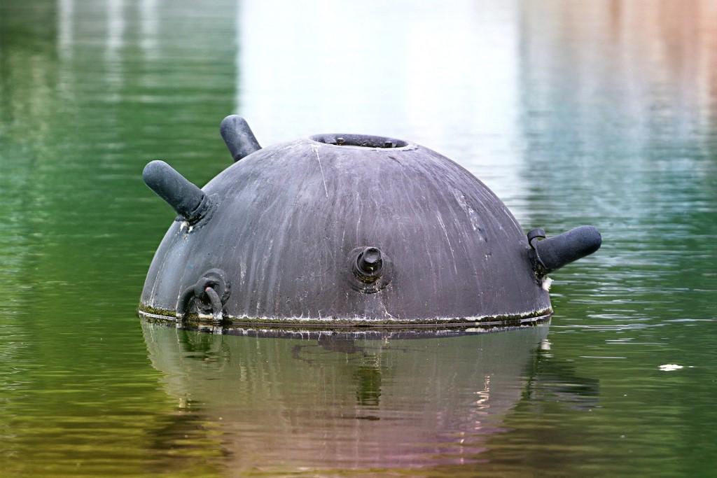 Stara mina pływająca na wodzie