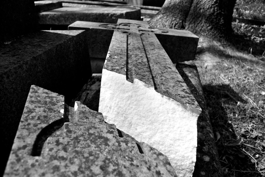 Pęknięty krzyż na grobie