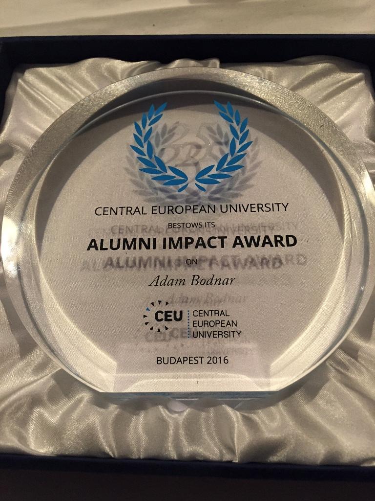 zdjęcie: nagroda w owolanym kształcie wykonana ze szkła z napisem w języku angielskim