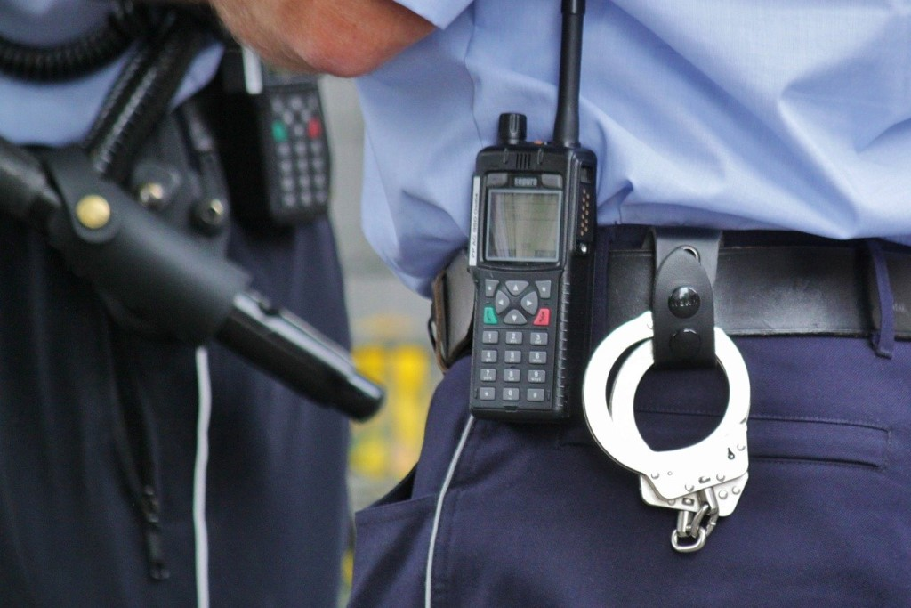 Pałka, kajdanki i krótkofalówka - wyposażenie policjanta
