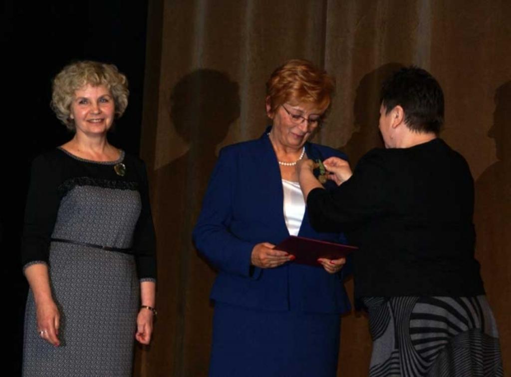 na zdjęciu Główny Koordynator ds. Komisji Ekspertów i Rad Społecznych w Biurze RPO w imieniu prof. Lipowicz wręcza odznakę honorową Wiesławie Borczyk