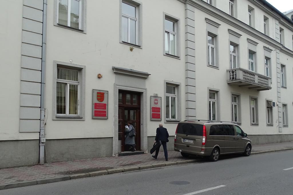 Zdjęcie: bisuk przed budynkiem państwowym
