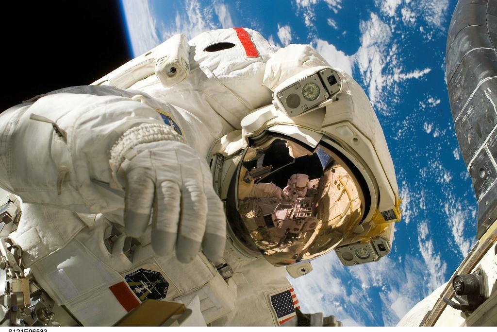 Astronauta w kombinezonie