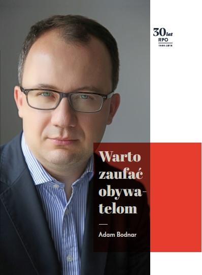 grafika: okładka ksiązki, na niej mężczyzna w okularach, obok napis: Warto zaufać Obywatelom - Adam Bodnar