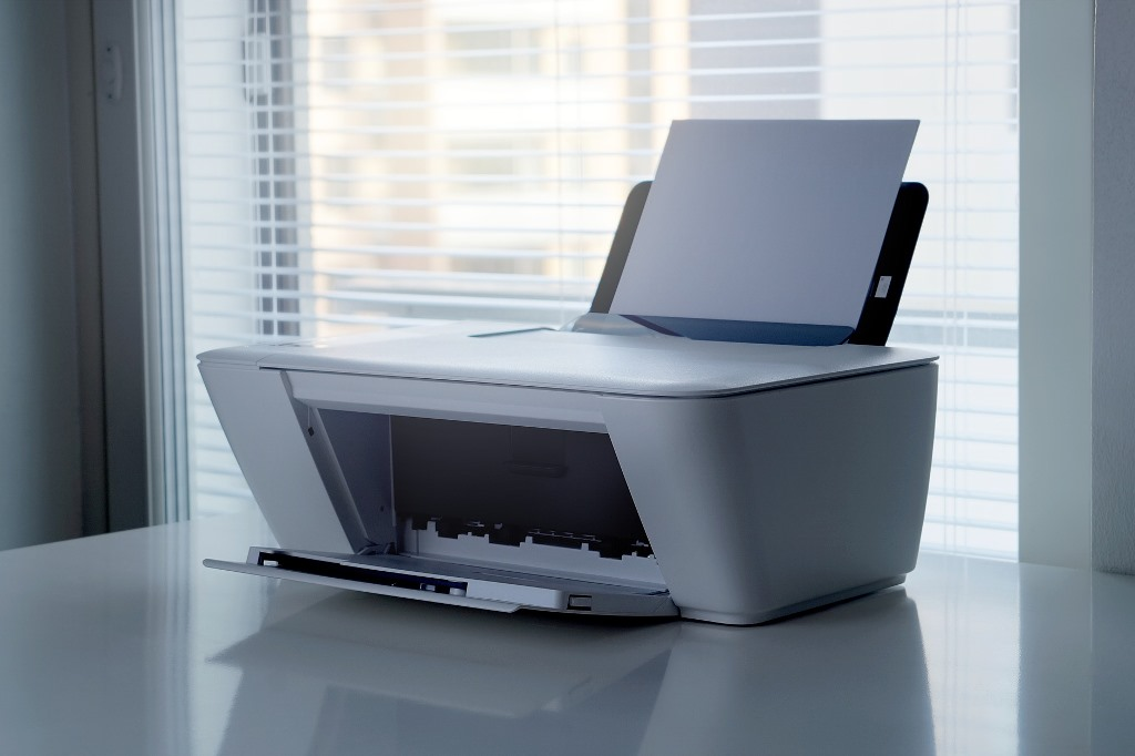 Drukarka komputerowa na tle jasnego okna