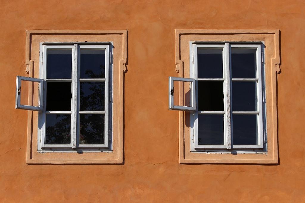 Dwa okna, w kamienicy, półotwarte