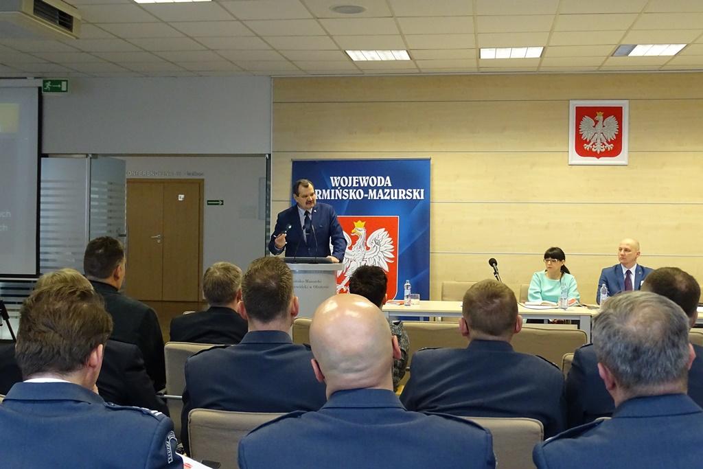 Zdjęcie: mężczyzna przy mównicy w czasie konferencji