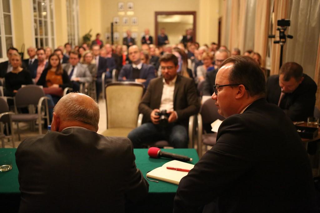 Debata na sali pełnej ludzi, widok od strony panelistów