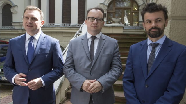 zdjęcie: na zdjęciu stoi trzech mężczyzn w garniturach