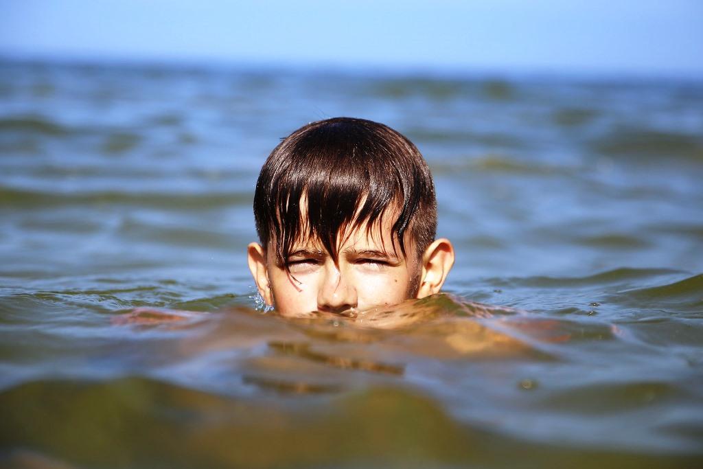 Płynący w wodzie chłopiec