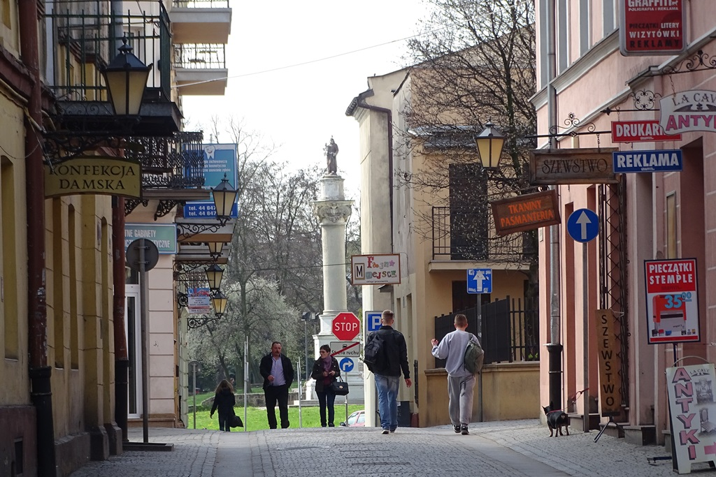 Ludzie idą ulicą