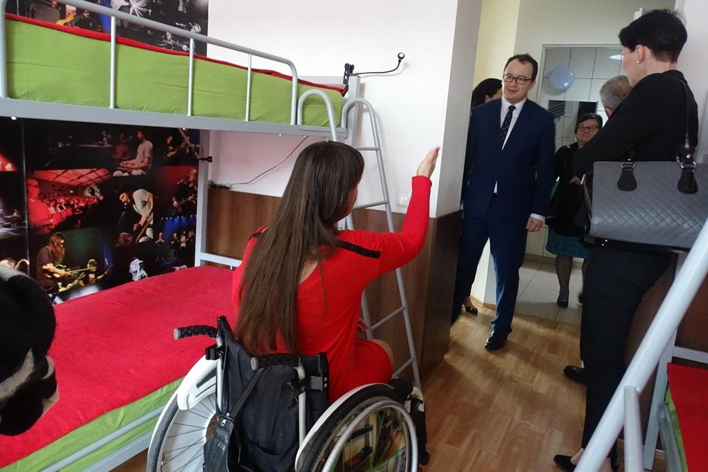 RPO rozmawia z kobietą na wózku w czerwonej sukni