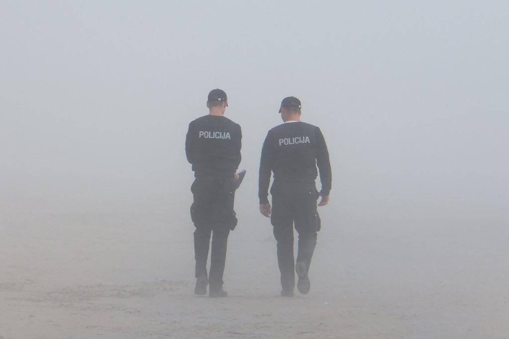 Dwaj policjanci tyłem