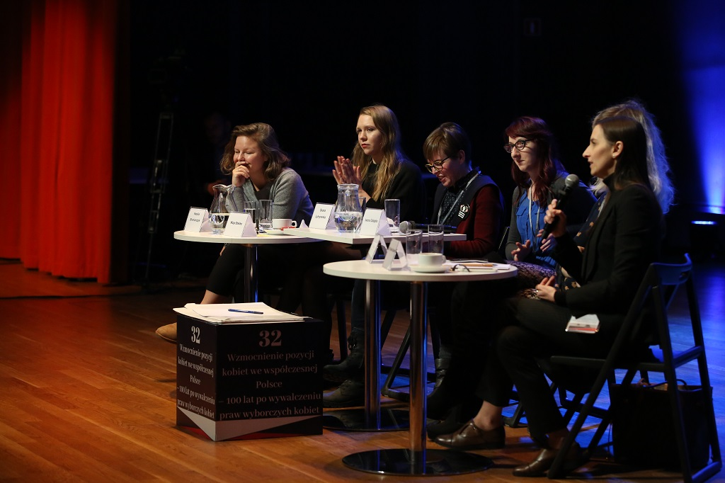 Panelistki na scenie