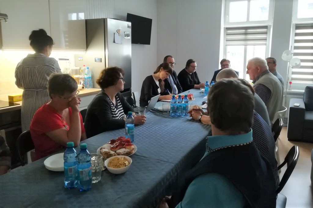 Ludzie siedzą przy stole w kuchni