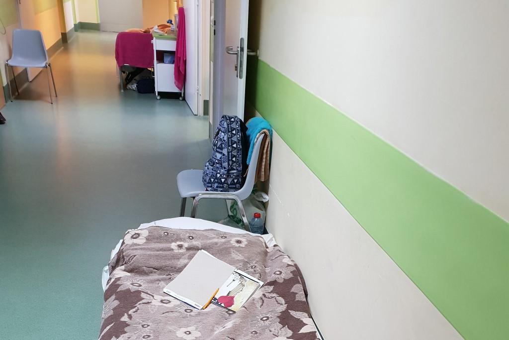 Łóżko pacjenta na szpitalnym korytarzu (ładnie odnowionym)