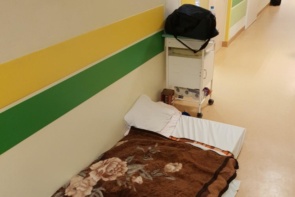 Łóżko pacjenta na szpitalnym korytarzu