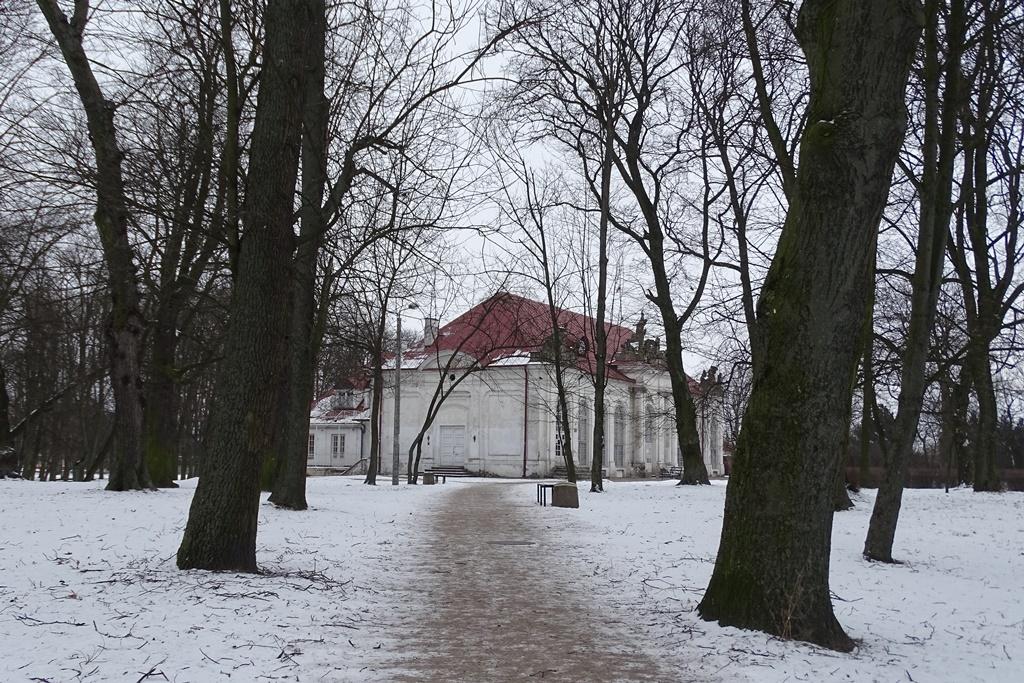 Barokowy pawilon w ogrodzie zimą