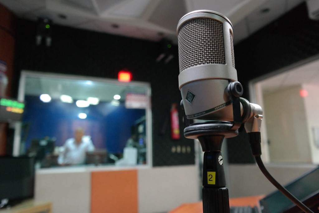 Mikrofon w studiu radiowym