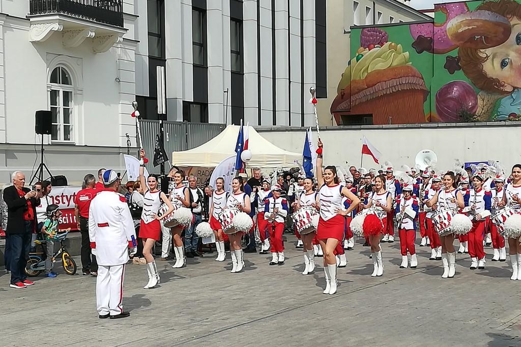 Orkiestra dęta w biało-czerwonych strojach