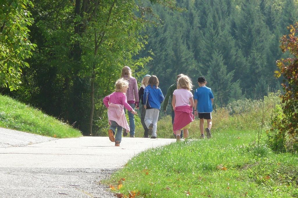 Dzieci i rodzice na wycieczce