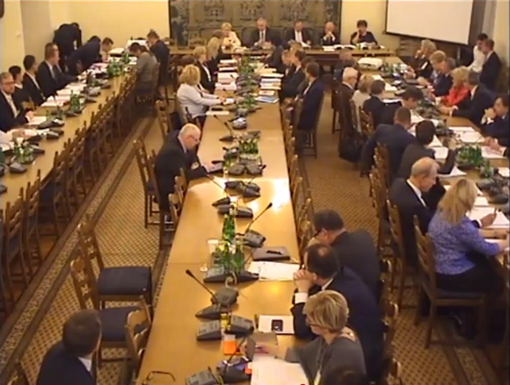 Widok sali posiedzeń komisji sejmowej, zrzut z kamery internetowej