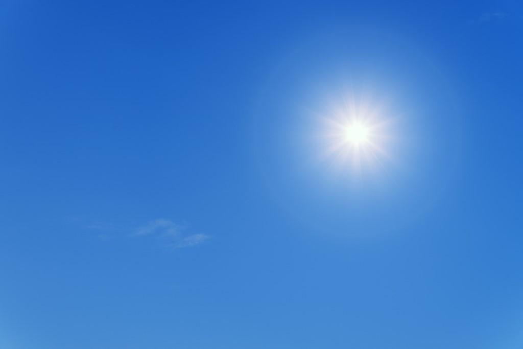 Słońce w zenicie na tle bezchmurnego nieba