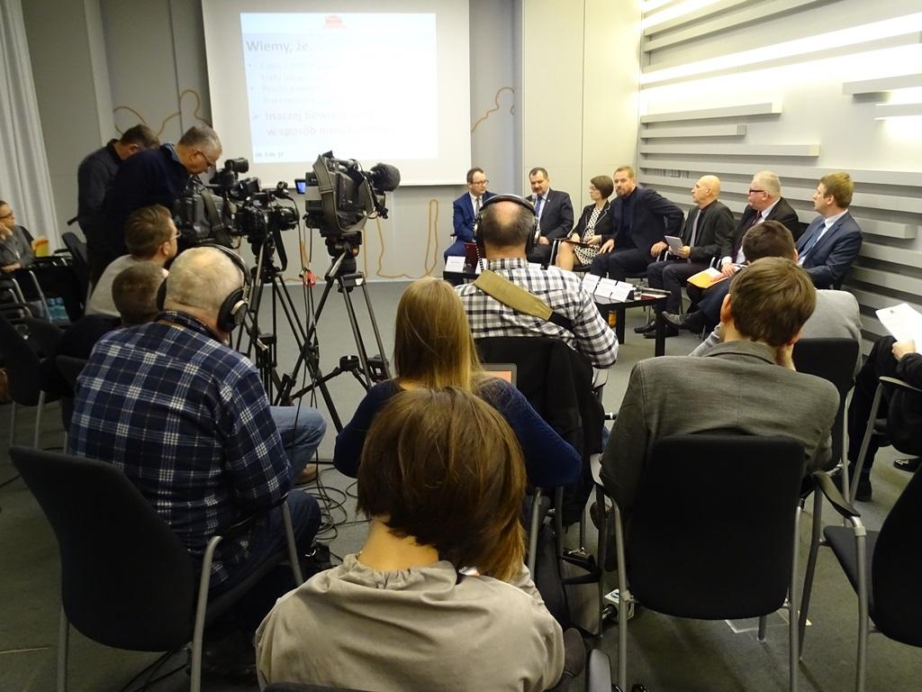 Konferencja prasowa: dziennikarze i uczestnicy