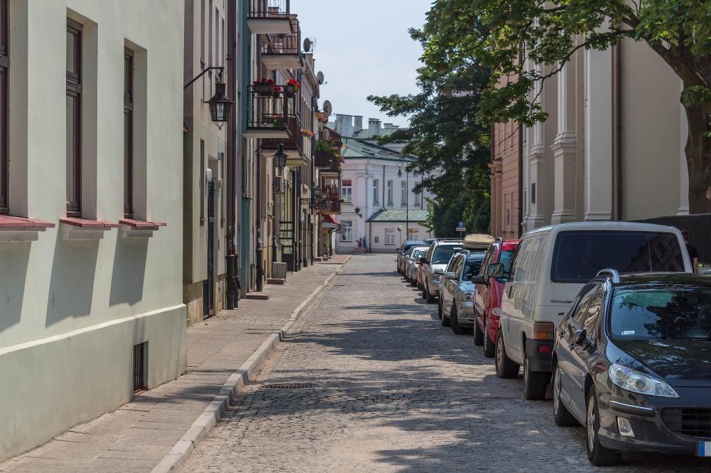 Samochody zaparkowane wzdłuz ulicy
