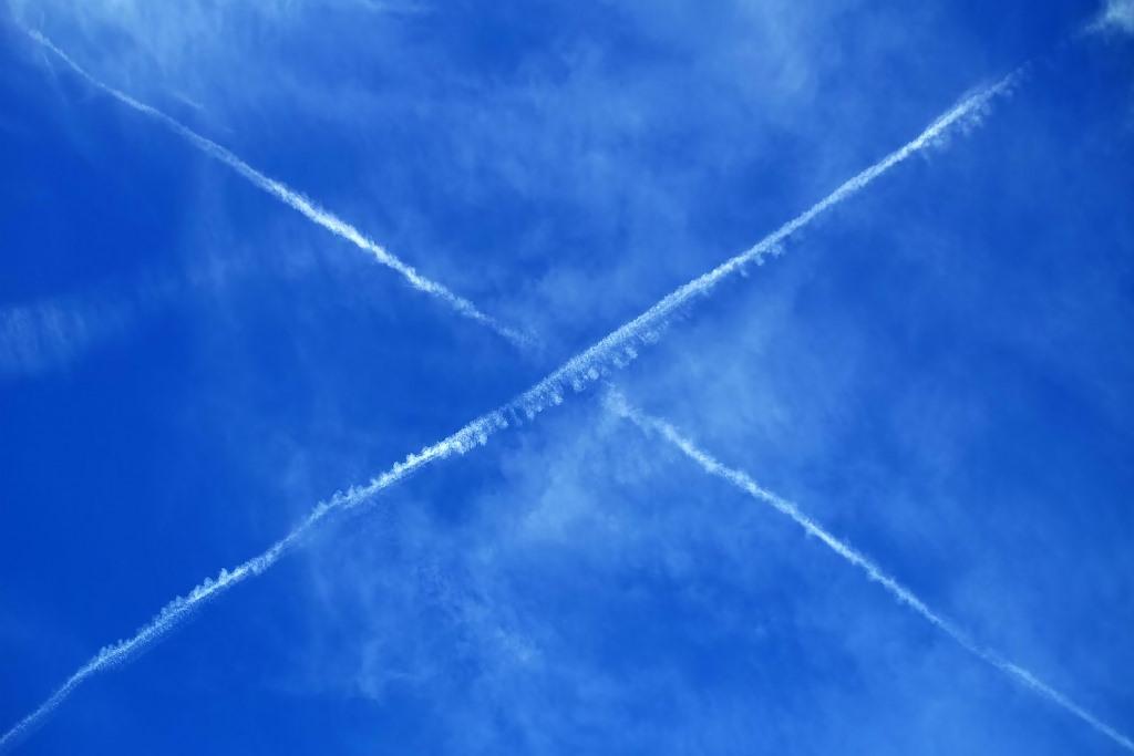 Dwa ślady po samolotach krzyżują się nia niebie
