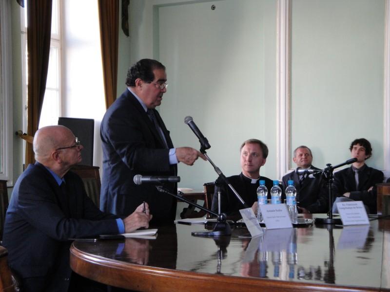 na zdjęciu dr Janusz Kochanowski, sędzia Antonin Scalia i uczestnicy spotkania