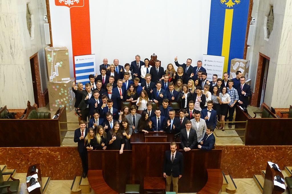Zdjęcie  grupowe na sali obrad ciała przedstawicielskiego