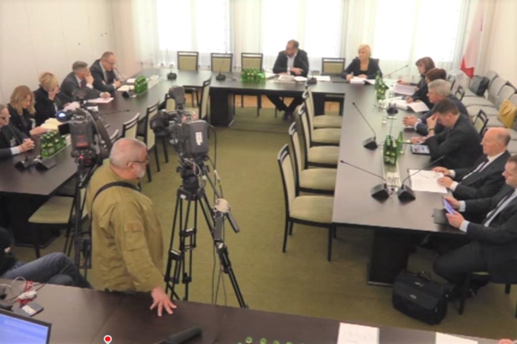 Ludzie przy stole i kamera