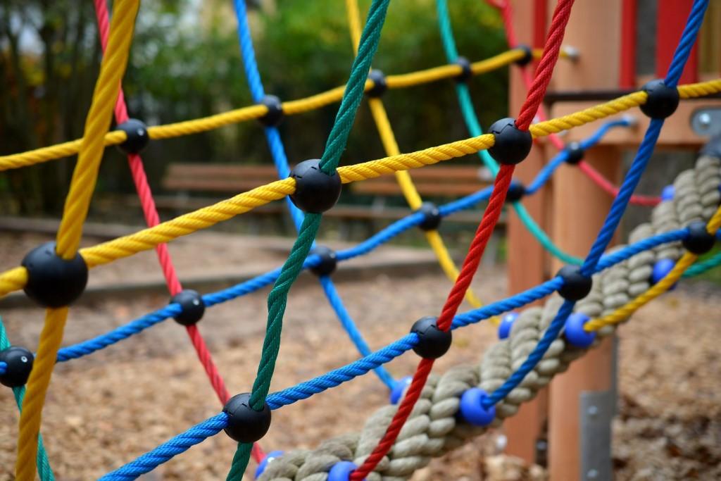 Kolorowa siatka na placu zabaw