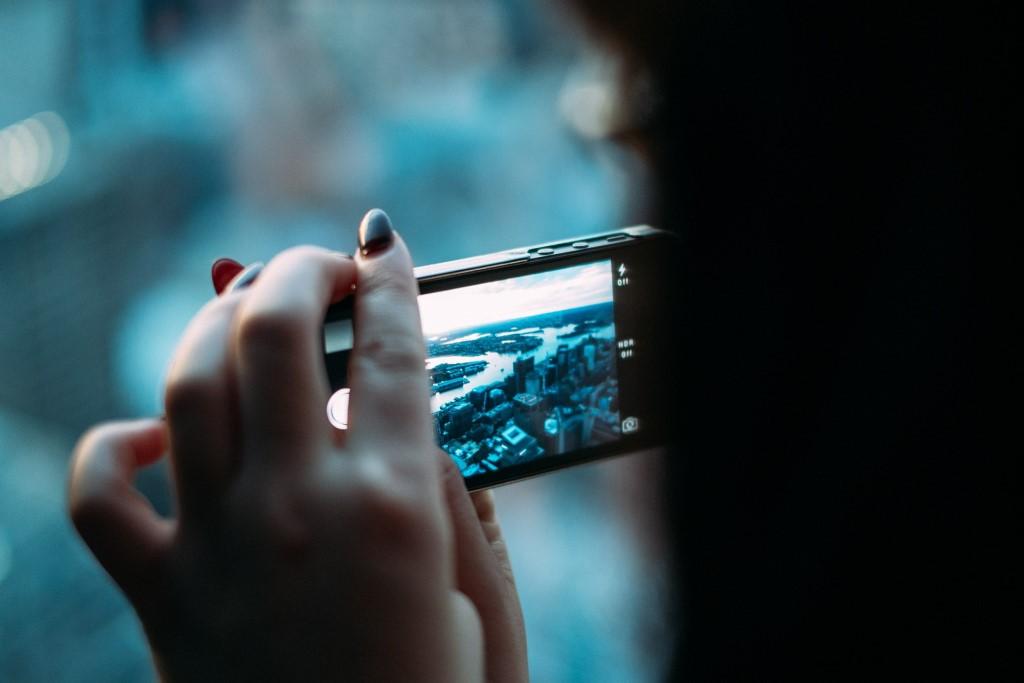 Smartfon w kobiecych (z polakierowanymi paznokciami) rękach