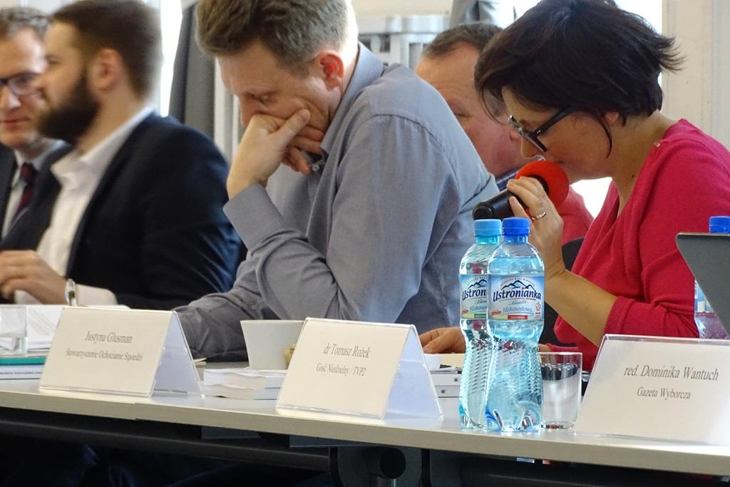 Ludzie przy stole konferencyjnym