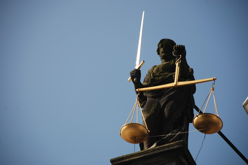 Pomnik temidy - kobiety z zasłoniętymi oczami, która trzyma wagę i miecz