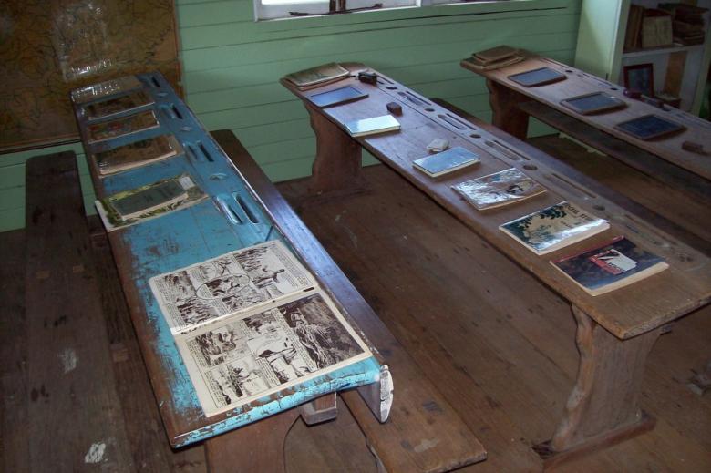 Ławki w dawnej szkole