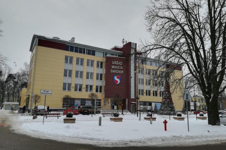 Budynek publiczny, śnieg
