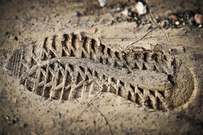 Odcisk buta na ścieżce