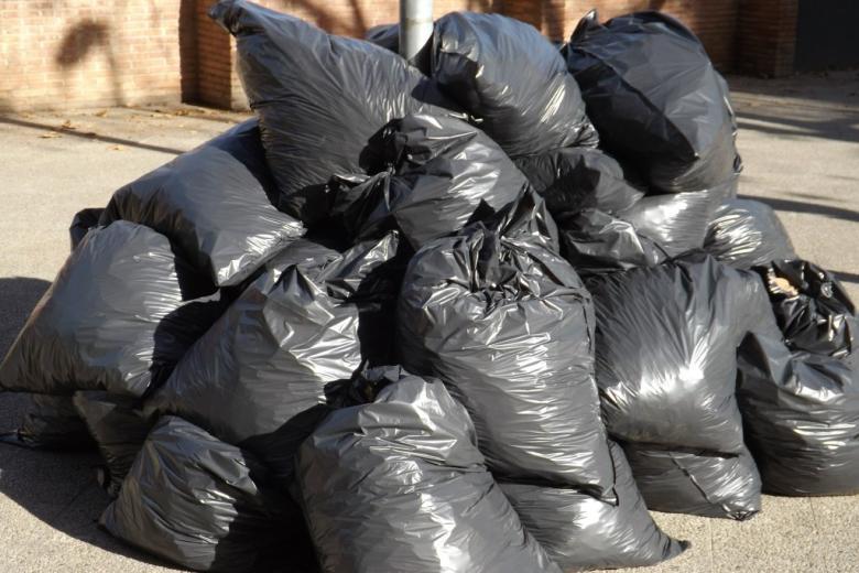 Sterta czarnych worków ze śmieciami
