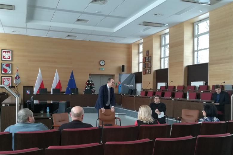 Ludzie na sali posiedzeń rady miasta