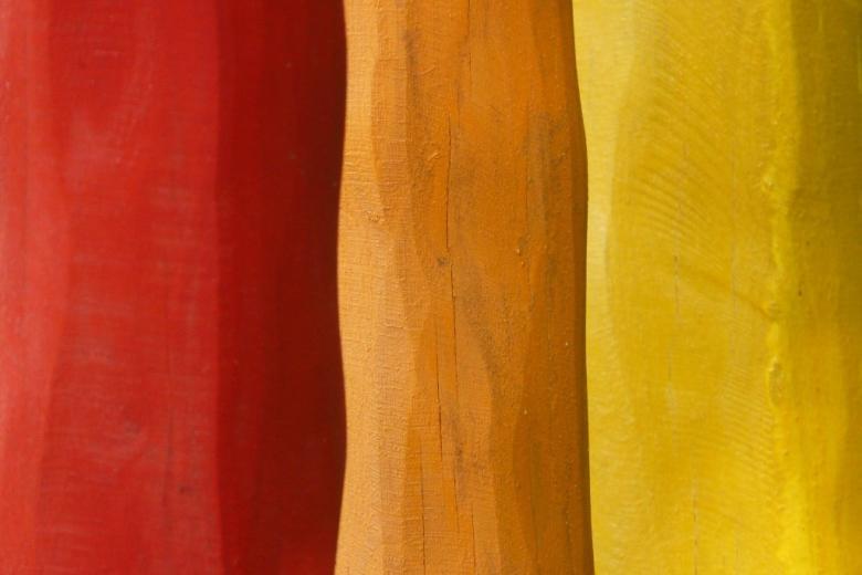 Kolorowe drewienka: czerwony, ciemnożólty i jasnożółty